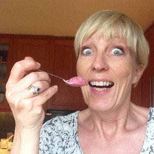 Kristin Daly, hjemmelaget is med bær og fløte