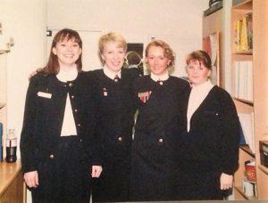 Fine i uniform på Braathens billettskranke