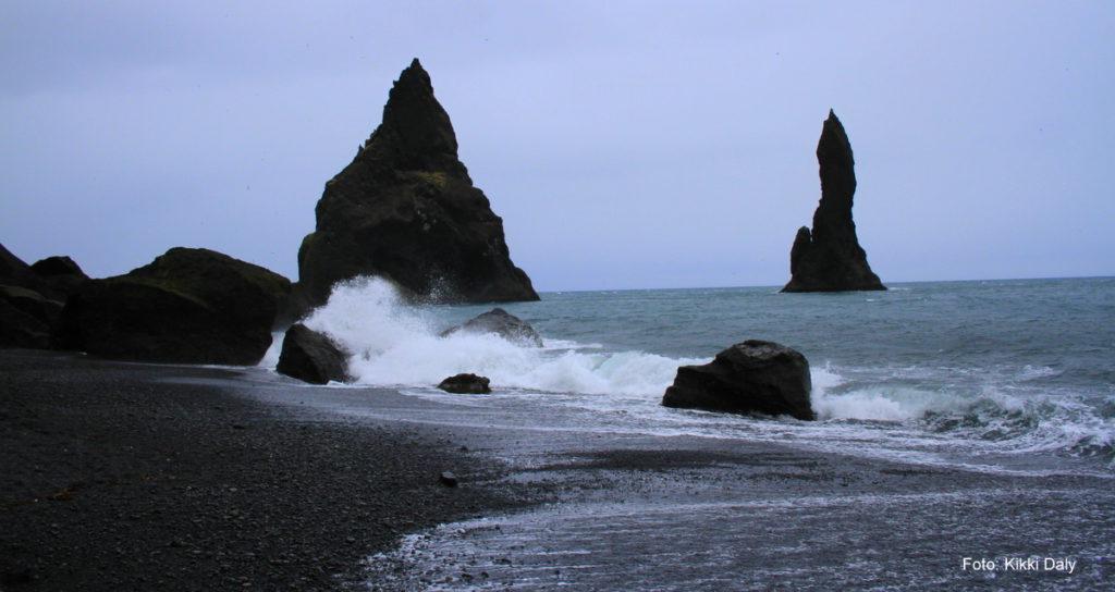 Den svarte stranda Reynisfjara med Reynisdrengar i enden. Kristin Daly