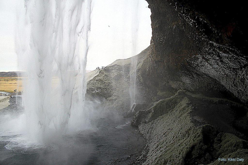 Island Seljalandsfoss_bak fossen_Kristin Daly