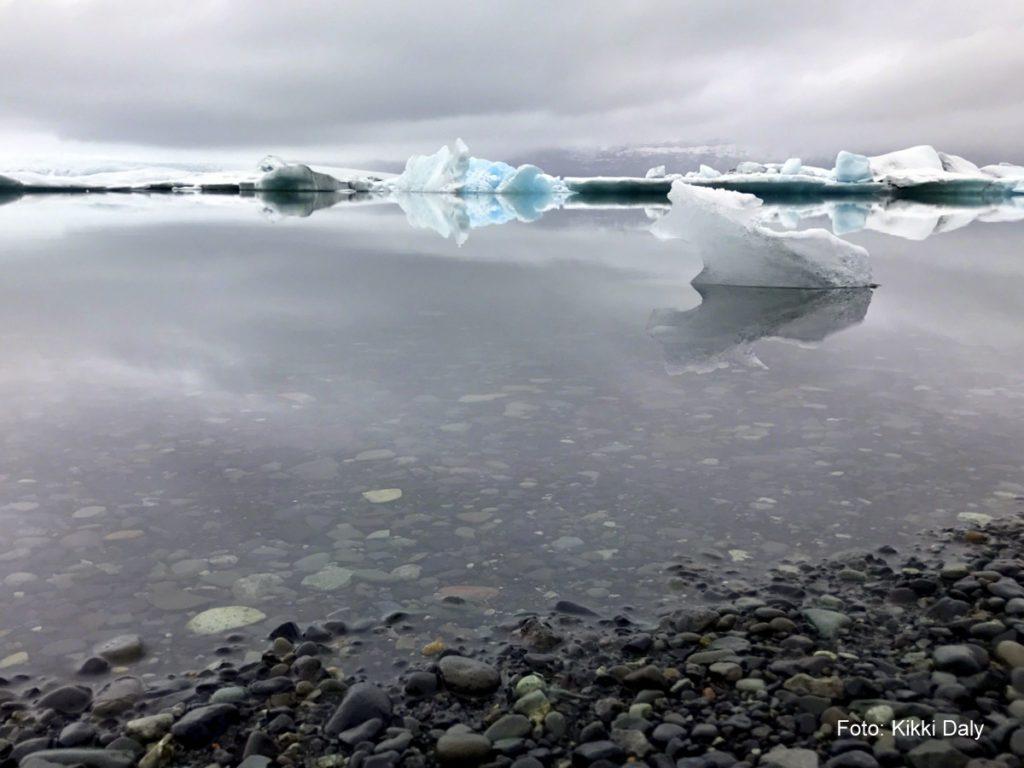 Island Jökulsárlón bit foran og steinstrand, Kristin Daly