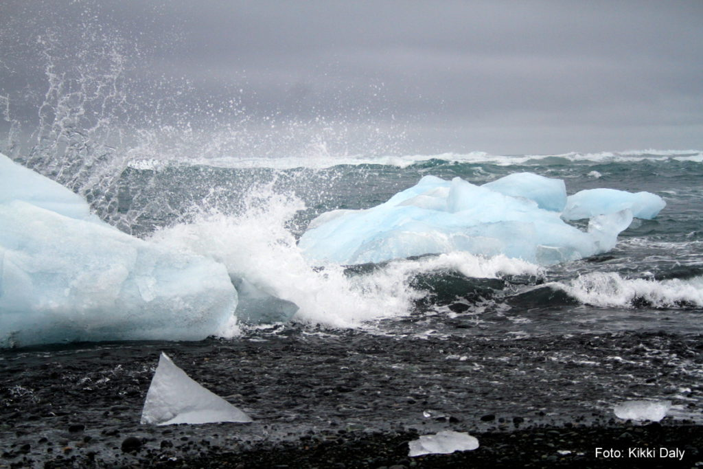 Island Jökulsárlón hav sprøyt, svart sand, Kristin Daly