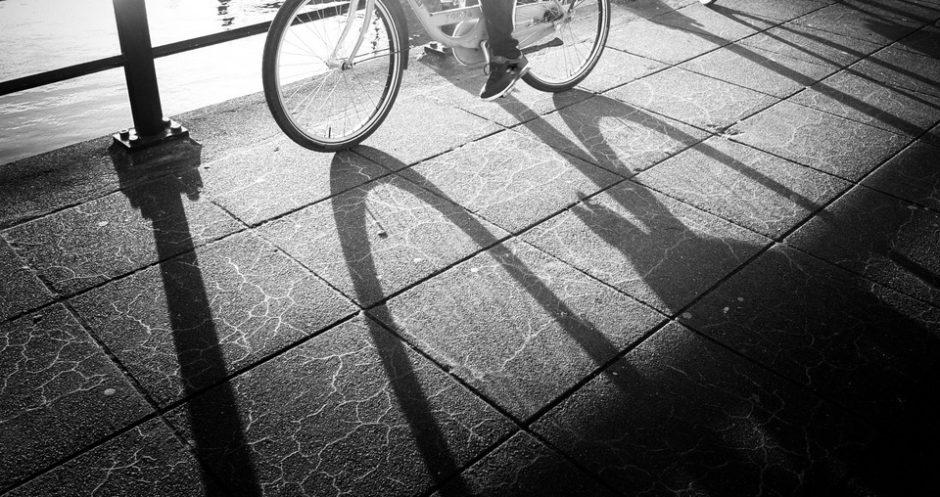 Damen i morgenkåpe på sykkel_Kristin Daly